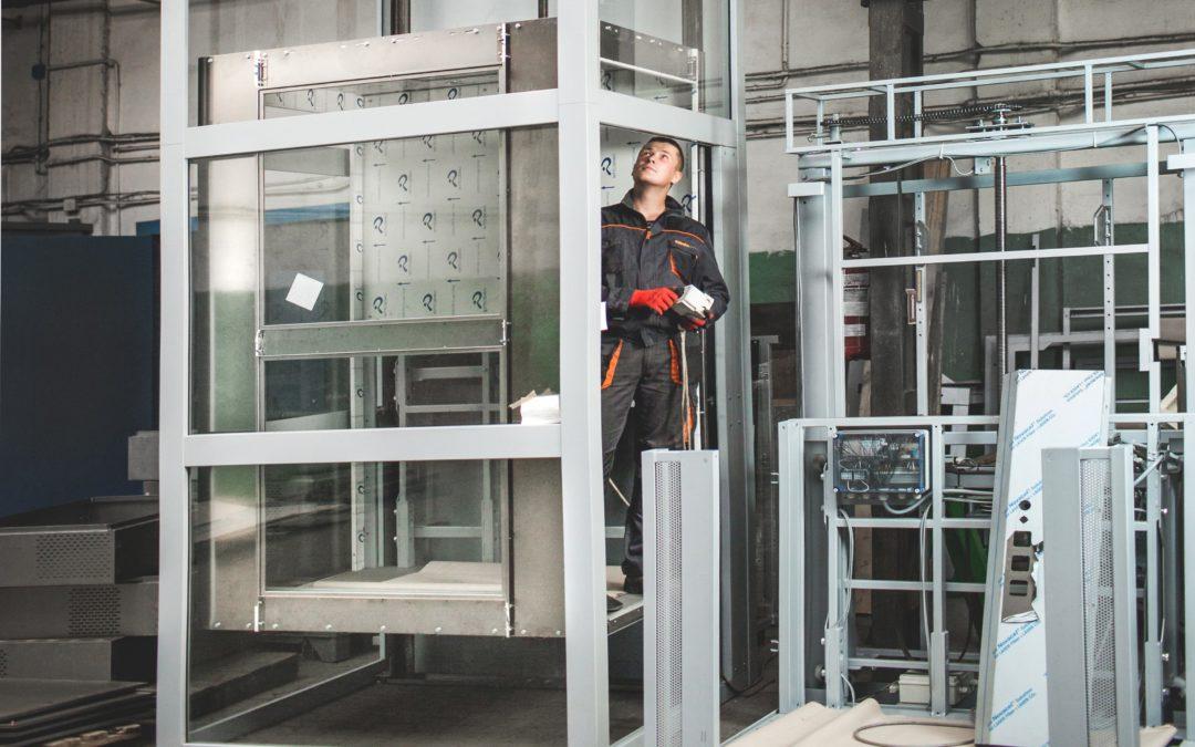 Bezpieczne windy osobowe – jakie czynniki o tym decydują?